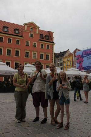 """Ingrid, Mathilde, Juni og jentenes """"mamma"""" spiser is."""