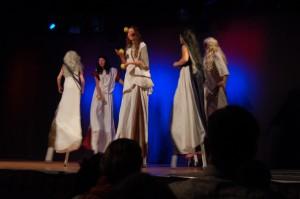 jentene på scenen