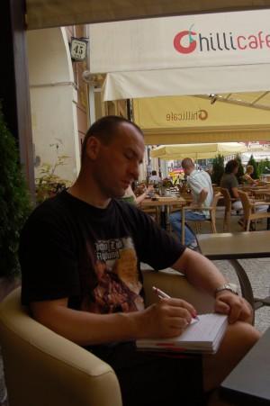 Robert har spist sushi og sitter nå og skriver.