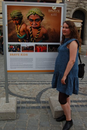 Her stå jeg foran Brave Kids plansje på Rynek.