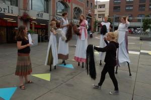 Slitne gudinner etter øving på torget.