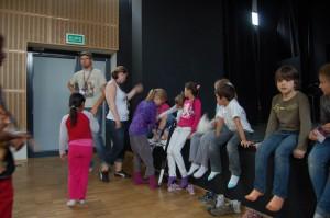 Pedagogen Ingrid fester stylter på en av elevene sine.