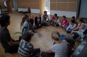 Thea og Ingrid lærer bort sang til en konsentrert gruppe!